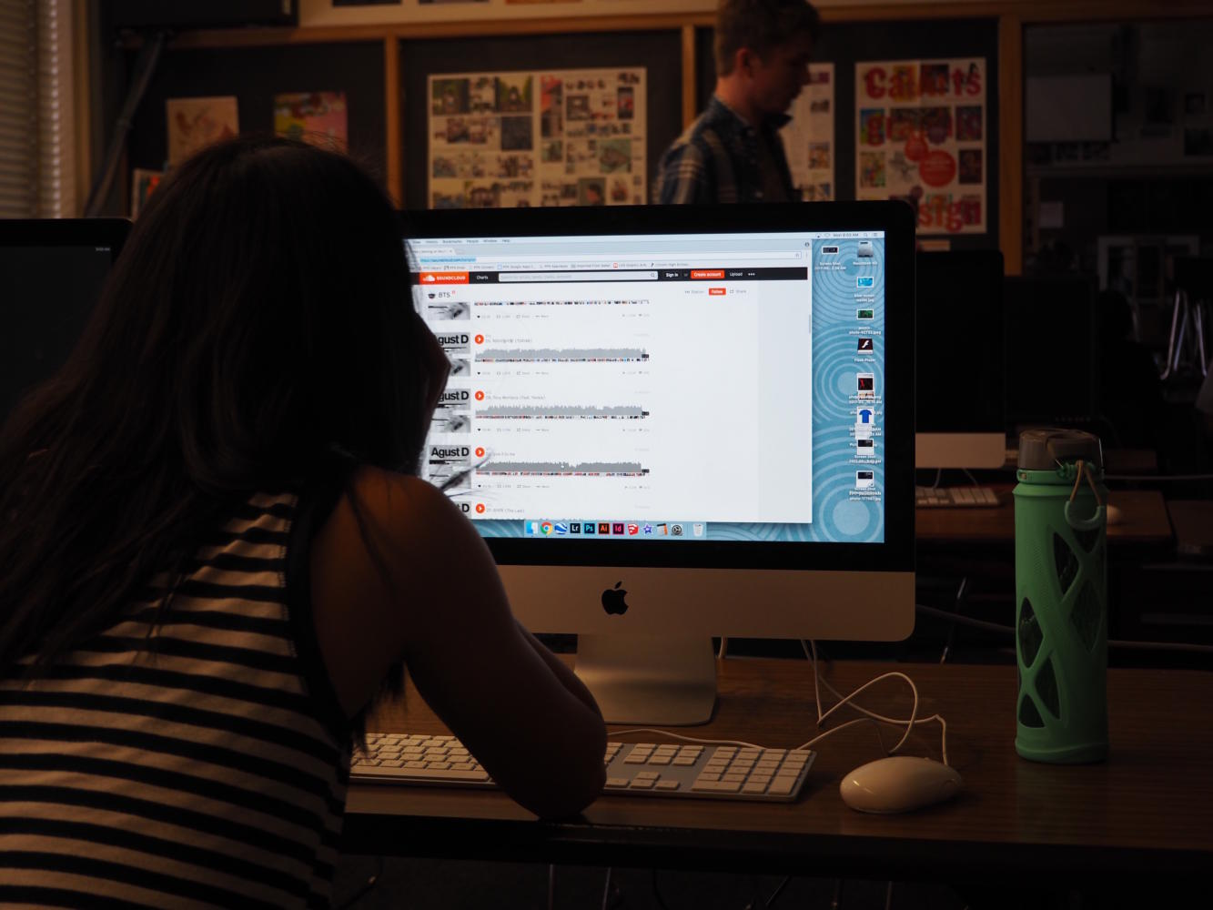 Sophomore Sophia Zhang scrolls through SoundCloud.