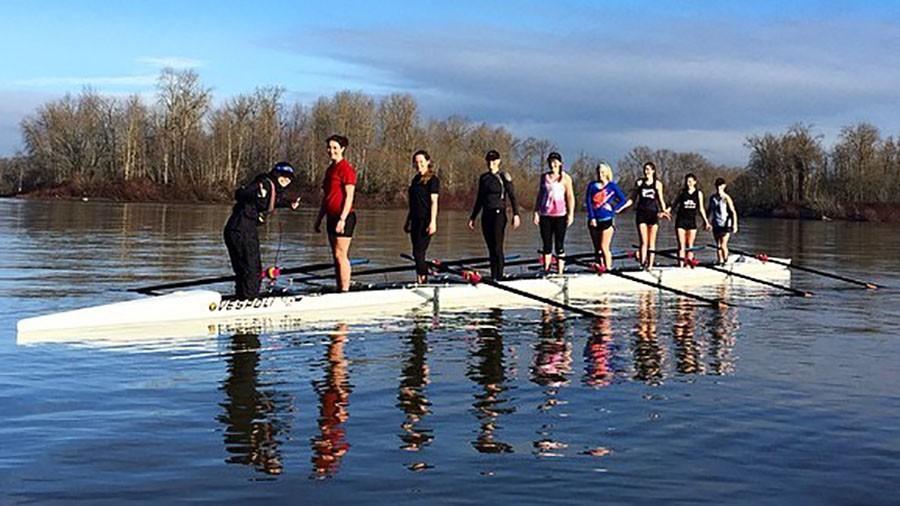 Girls+in+an+eight-person+boat+take+a+break+from+practice+on+the+Willamette+Jan.+22.