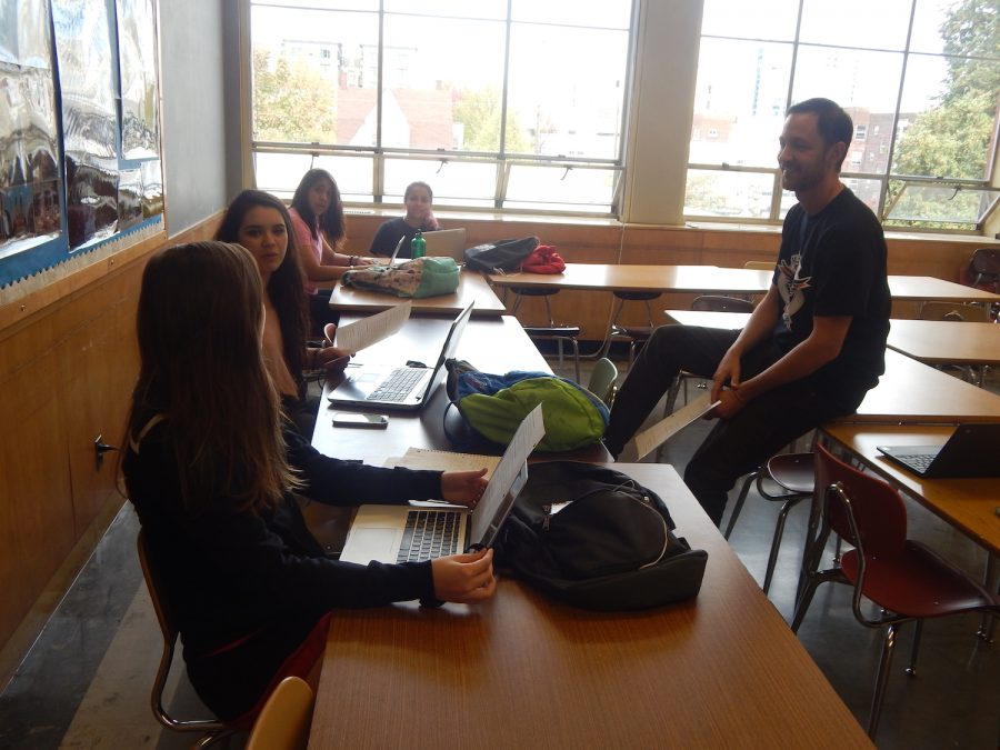 Profe Trevor Todd will return this year to advise puño & letra, Oregons first Spanish-language magazine. Here, he works with last years staff last October.