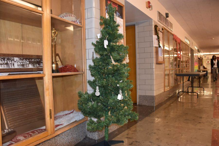 The+main+hall+Christmas+tree+may+be+small%2C+but+its+symbolic+significance+is+large.