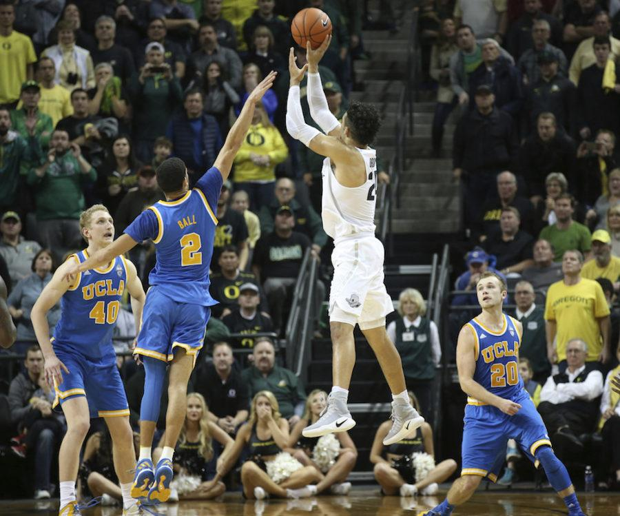 Oregon%27s+Dillon+Brooks%2C+center+right%2C+shoots+over+UCLA%27s+Thomas+Welsh%2C+left%2C+Lonzo+Ball+and+Bryce+Alford%2C+right%2C+for+the+winning+score+during+the+second+half+of+an+NCAA+college+basketball+game+Wednesday%2C+Dec.+28%2C+2016%2C+in+Eugene%2C+Ore.+%28AP+Photo%2FChris+Pietsch%29