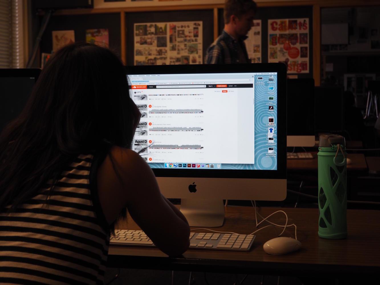 Sophomore Sophia Zhang scrolls through SoundCloud.